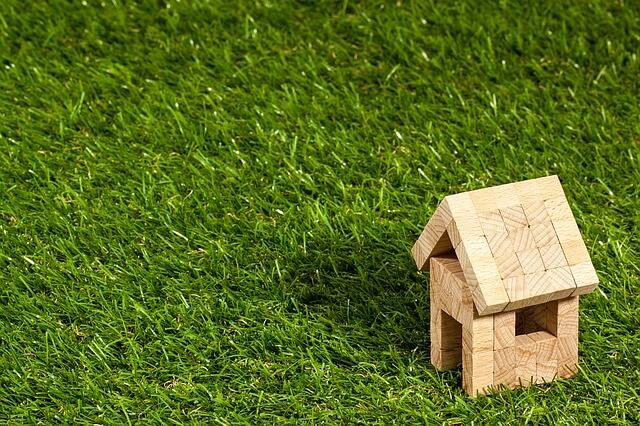 Houten huisje op kunstgras